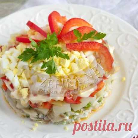 Вкусный слоёный салат из минтая на Новый год и праздник Салаты из рыбы не менее популярны на праздничном столе, поэтому есть смысл изучить этот простой рецепт и воспользоваться им. Этот салат наглядный пример того, как из простых продуктов, можно приготовить вкусный, сытный и аппетитный салат. Понадобится обычная морская рыба. Я готовила этот салат с мин