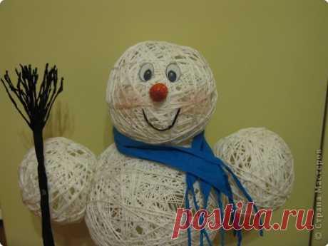 El monigote de nieve de los hilos. Se preparamos hacia el Nuevo año