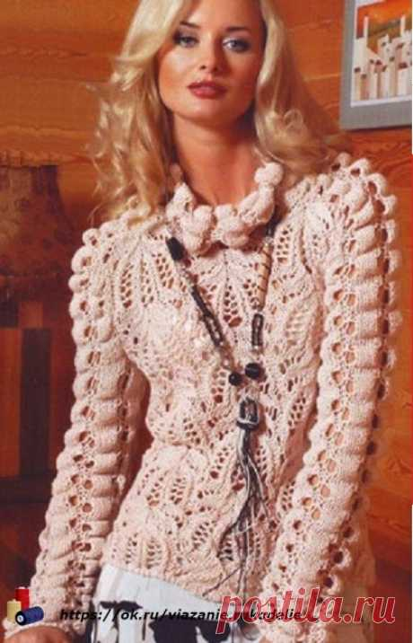 Бежевый пуловер. Очень интересная вязка, жатый узор. Берем на заметку.