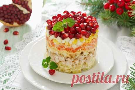 """Вместо традиционного Оливье: вкуснейший салат """"Красная шапочка"""" к новогоднему столу Такой салат может стать украшением вашего новогоднего стола, ведь по внешнему виду он похож на шапку Деда Мороза. Салат лёгкий, не оставляет после себя тяжести. Это именно то, что требуется для новогодней ночи."""