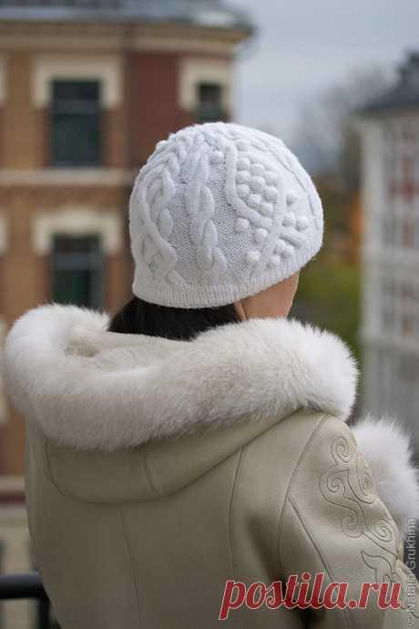 Женская вязаная шапка с аранами