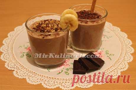 Шоколадный смузи с бананом, творогом и корицей