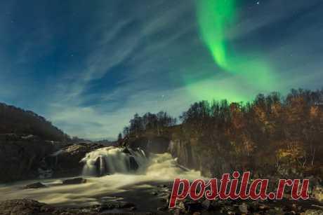 Полярное сияние на реке Титовка в Мурманской области. Автор фото — Виталий Новиков: Спокойной ночи.