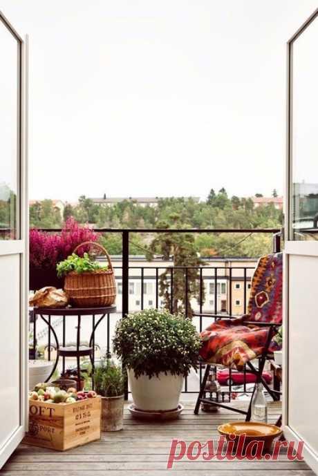 20 блестящих идей для маленького балкона, которые нельзя пропустить 😜 Как правило, маленький балкон считается большим недостатком. Драгоценных метров едва хватает на пару-тройку шкафов, и поэтому балкон закономерно становится местом хранения старых и ненужных вещей. Сегодня мы решили развеять этот миф и доказать вам, что даже самый маленький балкон может превратиться в уютный уголок вашей квартиры. Идея №1: никаких шкафов Для начала откажитесь от громоздких шкафов – главных врагов маленького…