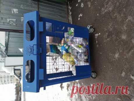 В России активно используются специализированные мусорные баки, сетчатые контейнеры для сбора вторсырья.  Контейнеры выпускаются различных размеров, но по сути это металлические ящики, с отверстием для принимаемого вторсырья. Наиболее распространённая модель, это бак на колёсах, евро контейнер, с соответствующими захватами для спец. транспорта, объёмом 1,1 метр кубический. В такой контейнер вполне может поместиться более тысячи пластиковых бутылок, как в фандомат.