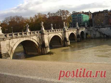 Древние, но действующие мосты Рима.Мосты украшены мраморными статуями
