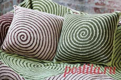 Спиральный вязаный набор - подушки и плед.