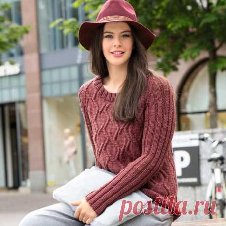Кирпично-красный пуловер с узором из «кос»