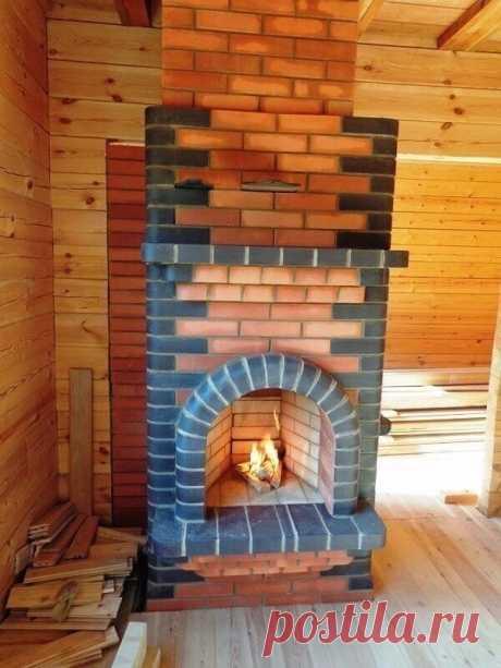 В загородном доме: отличная конструкция печи с камином