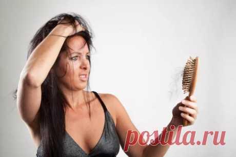 Грива, вернись! 8 причин выпадения волос — и как улучшить ситуацию Вообще, волосам свойственно выпадать— они меняются каждые несколько месяцев. Они выпадают, когда тымоешься вдуше или расчесываешься,— иэто нормально. Вдень человек теряет 50−100 волосков. Ноэто