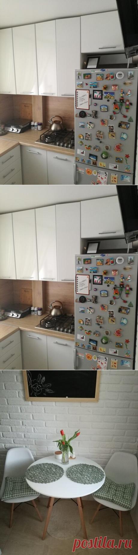 Эта кухня — воплощение моды: мойка у окна, духовка на уровне груди, стулья Eames, на стенах кирпичик и грифельная доска. Узнать тут!