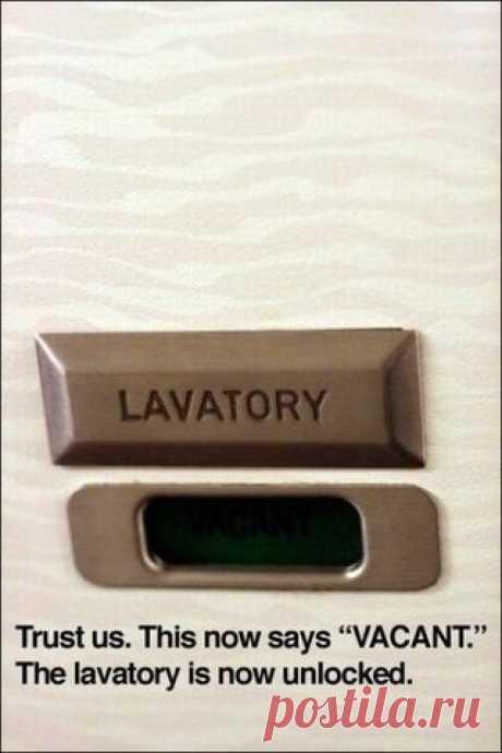 Как открыть дверь туалета снаружи в самолете