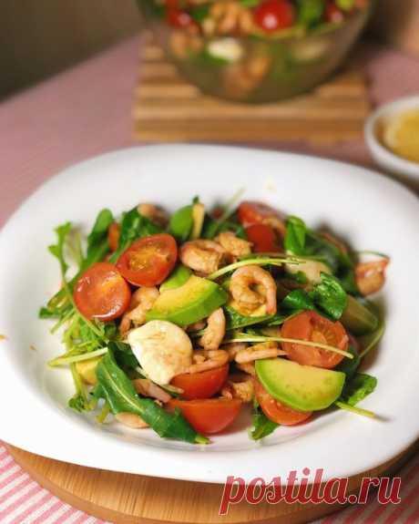Салат с креветками, черри и авокадо