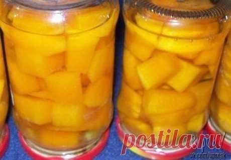 ЧУДО—ДЫНЯ НА ЗИМУ Консервированная дыня получается вкусной и слегка напоминает вкус консервированного ананаса. Для консервирования дыня должна быть сладкая и твердая. Переспелая, мягкая и зелёная не подходит. Из 3 литров сиропа и 8 кг дыни выходит 7 литровых баночек готовой консервации. Рецепт консервирования дыни (на 1 л воды для сиропа): Дыня вода 1 литр сахар 2 стакана лимонная кислота 1 ч. ложка В начале готовим сироп, так как разложенную в баночки дыню затем будем заливать холодным сиро