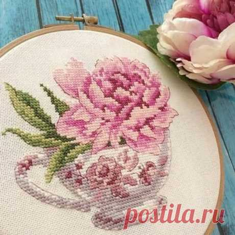 Розы в чашках и чайниках: вышивка крестом
