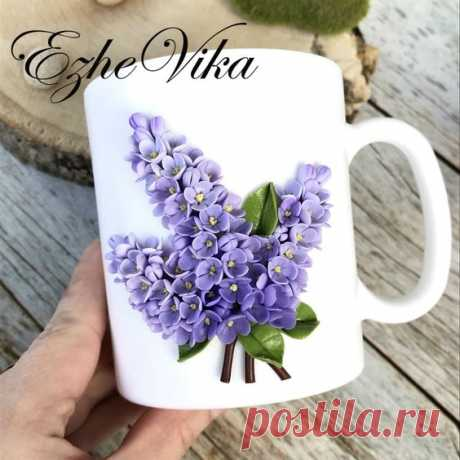 Have your coffee in style every day! I have found the perfect gift idea for coffee lovers, mugs decorated with polymer clay flowers or figurines. They look amazing! Do not burst, we have gifts…