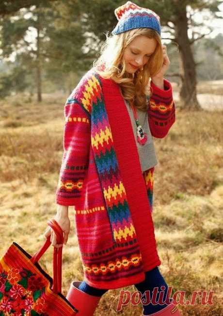 Яркое пальто с жаккардовым рисунком (вязание спицами)