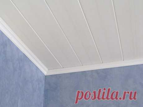 Отделка потолка пластиковыми панелями: подготовка, способы фиксации Для оформления потолка существует масса вариантов. Один из них — использование пластиковых панелей. Материал лёгкий, неприхотлив в уходе и обладает внешней привлекательностью.