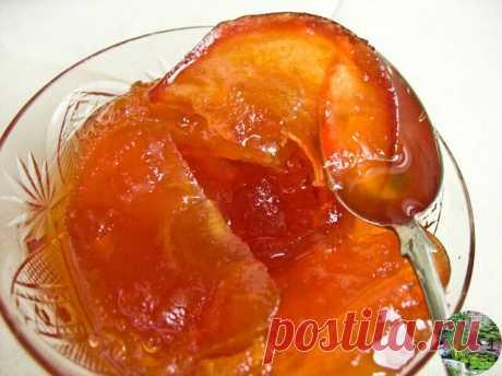 Прозрачное варенье из антоновки  -яблоки - 1 кг  -сахар - 700 гр 1. Яблоки моем, вырезаем сердцевину. Будет очень удобно, если у вас есть для этого специальный нож.  2. Нарезаем некрупными дольками.  3. Укладываем яблоки с сахаром, чередуя слои, в кастрюлю и оставляем на ночь.  4. Утром яблоки пустят сок, ставим на небольшой огонь, провариваем 5 минут, выключаем.  5. Если сироп не покрывает яблочные дольки, аккуратно утопите их ложкой, но не перемешивайте, чтобы не повреди...