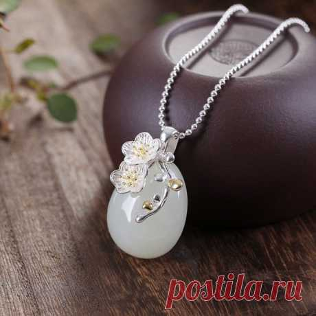 Hetian jade sweater necklace / beautifully inlaid necklace / 925 silver necklace plum collarbone necklace Product Details:  Material: 925 silver, Hetian jade  color: White  Shape: ellipse  Size: Length: 3.1cm Width: 1.9cm.  Weight: 8.4 grams  Translucent: translucent  Symbol: Good luck to you