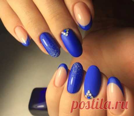 Идеи маникюра с синим цветом: фото на коротких и длинных ногтях. Синий цвет стал отличной альтернативой скучной классики. Самым большим преимуществом этого цвета является его многогранность, а именно наличие множества интересных оттенков.  Несмотря на то что лидирующую позицию в выборе цвета для маникюра занимают оттенки пастельной гаммы, яркий синий цвет считается одним из трендов текущего сезона. Такой маникюр завораживает взгляд, позволяет женщине быть в центре внимания.