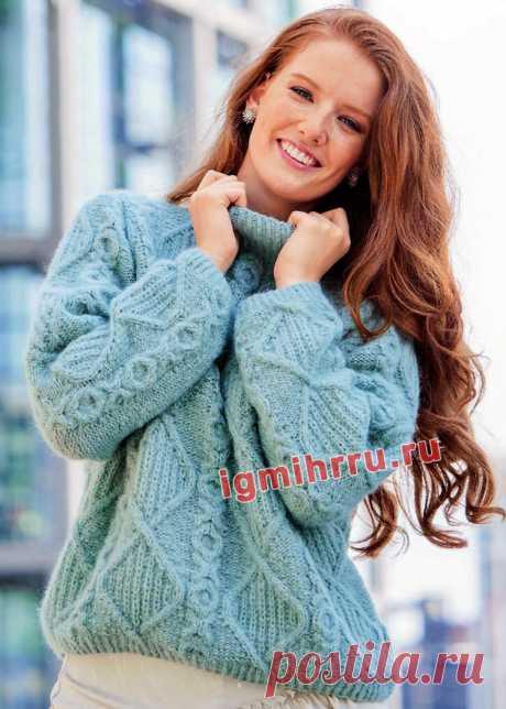 Теплый голубой пуловер с ромбами и «косами». Вязание спицами со схемами и описанием