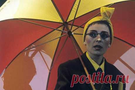 """En la actualidad Jeanne Aguzarova hace una gira artística con éxito con el programa de concierto «Corolev del rock and roll», en que cumple los hits de oro gr. \""""Bravo\"""", los temazos «del álbum Ruso» y las nuevas canciones – \""""Corolev Sanseta\"""", \""""el Paseo\"""", «Sobre toboyu es brillante arde la estrella» etc."""