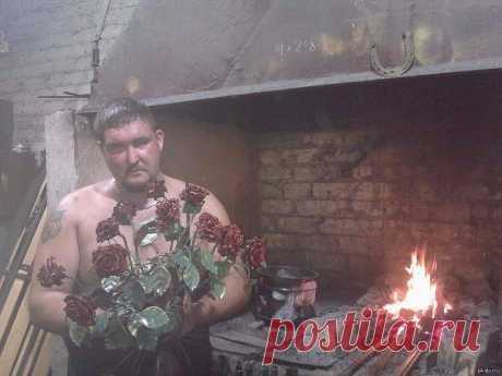 Кузнец из Йошкар-Олы изготавливает розы из железа