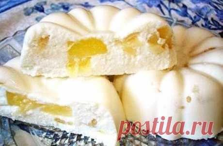 Бланманже творожное  Нежный десерт, который нравится взрослым и детям. Этот изумительный десерт готовится без выпечки.  Для приготовления бланманже творожного понадобится: 0,5 стакана молока; 1 пакетик (15 г) желатина; 1 пакетик (10 г) ванильного сахара; 250 г творога; 0,5 стакана сметаны; 0,5 стакана сахарной пудры; 2 колечка ананаса (или другие фрукты). Я взяла клубнику  В молоке развести желатин и оставить для набухания на 20 минут. Творог смешать с сахарной пудрой, сме...