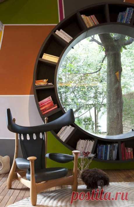 Книжный шкаф вокруг окна