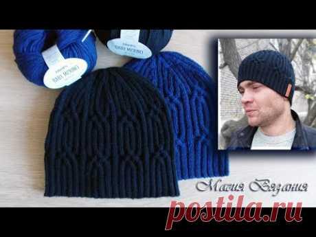 Мужская шапочка с красивым узором и фабричным наборным краем. Вязание спицами.