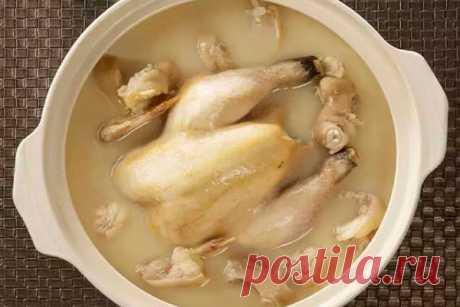 Как приготовить курицу, чтобы удалить гормоны и антибиотики Теперь можно кушать магазинную курицу и не волноваться, что в ней есть вредные вещества…Когда-то давно курочка попадала к нам на стол прямо из бабушкиного птичьего двора.  Сегодня прилавки супермаркетов завалены куриным мясом. И все мы знаем ,что производители далеко не всегда честно конкурируют