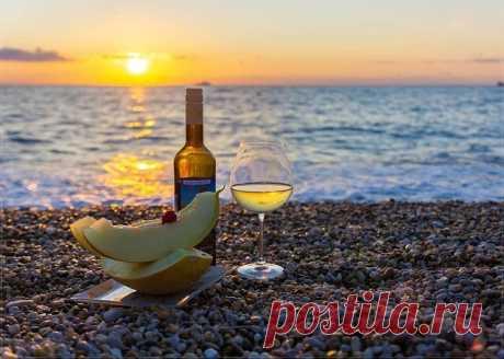 Вам чай или кофе?  - Ни то, ни другое:  Мне море, закат и вино...  Мечту на ладони и шёпот прибоя,  Пожалуй, и бриз заодно...