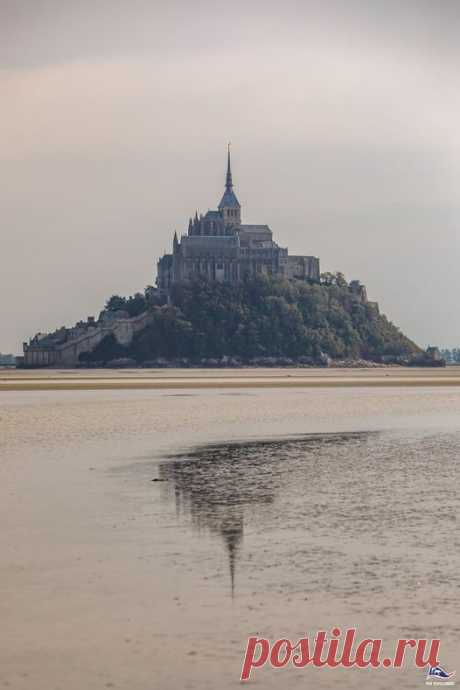 Rising from a rocky islet, in the middle of the powerful tides of the Channel, stand the fortified village and the gothic abbey of Mont Saint-Michel. Over the centuries, the place has become an emblematic feature of French heritage by being a Christian pilgrimage site, a symbol of resistance during the Hundred Years' War as well as an architectural masterpiece. The Explorers teams shot and sketched this unique place, between nature and culture.