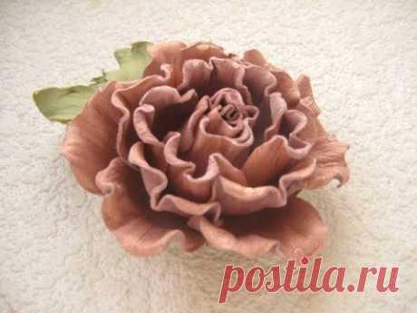 La Clase maestra las flores de la piel. El Broche-horquilla la Rosa.