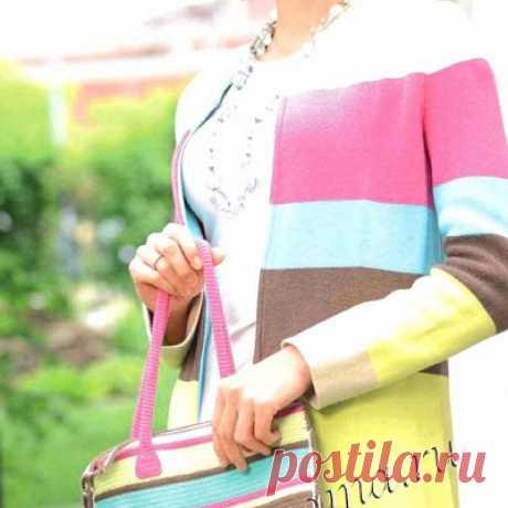 Пальто на машине и сумка крючком Горизонтальные полоски в той же акварельной гамме выглядят строже, но маленькая сумочка в тон делает комплект более женственным.