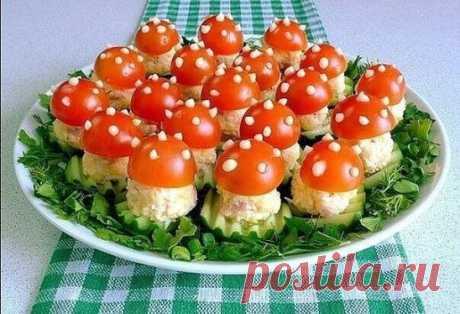 """Закуска """"Мухомор"""" На 30 оригинальных мухоморчиков нам потребуются следующие ингредиенты: яйца — 3 шт.; ветчина — 120 гр.; сыр — 100 гр.; помидоры черри — 15 шт.; огурец — 1-2 шт.; майонез — 1-2 ст. л.; зелень — для украшения. Приготовление: Вареные яйца и сыр натрем на мелкой терке. Ветчину нарезаем мелкими кубиками, размером примерно 5 на 5 миллиметров. В глубокой чашке смешиваем яйца, сыр, ветчину и 2 столовых ложки майонеза. Помидоры черри разрезаем пополам. Огурец нарезаем кольцами тол"""