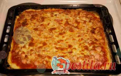 Быстрая пицца на противне Это рецепт для тех, кто любит пиццу, но ленится ее готовить по всем правилам итальянской кухни. Упрощаем рецепт до безобразия, но получаем все равно очень вкусную и аппетитную пиццу.