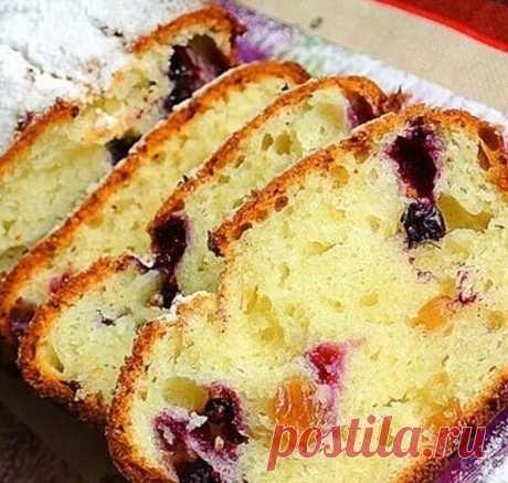 Творожный кекс с изюмом и ягодами