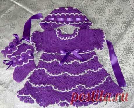 Вязаный комплект «Лесная Фиалка» для девочки 0-6 мес.  Материал: пряжа акрил  Baby.атласная лента шириной 4 см.для чепчика. и 1.5 см.для платья и пинеток.. размер 0-6 М Цвет фиалка.(Фиолетовый) Длина платья 47 сантиметров от верхней точки плеча. Обхват груди 52 см. Длина рукавчика 17 см от горловины. (Три четверти) Для комплекта использована акриловая пряжа Фиолетового и белого цветов. Крючок № 4, № 2 Начинаем вязать платье с верху  Вяжем цепочку из 51 возд.си вяжем по схе...