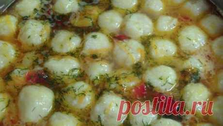 Овощной суп с сырными шариками Любите супы со всякими клёцками, фрикадельками и шариками? Тогда попробуйте овощной суп с сырными шариками!