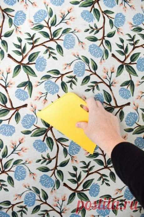 Решили с мужем наклеить кусок ткани на стену вместо обоев: результат удивил