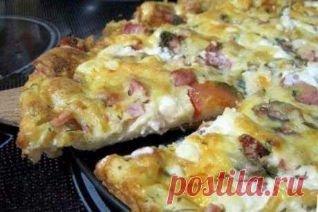 Пицца-минутка: отменный вкус без особых хлопот Ингредиенты Для теста: Сметана — 4 ст. л. Майонез — 4 ст. л. Яйца куриные — 2 шт. Мука пшеничная — 9 ст. л. Для начинки: Ветчина — 50 г Салями — 50 г Сосиски — 50 г Сыр твердый — 50 г Маслины — 6 шт. Томаты — 2 шт. Специи Майонез Масло растительное Приготовление: 1. В емкости смешиваем майонез и сметану. 2. Добавляем яйца и все взбиваем. 3. Кладем муку и снова все тщательно перемешиваем. 4. Готовим начинку. Ветчину, салями и сосиски нарезаем