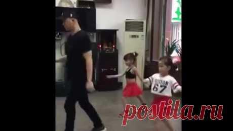 Папа с дочками классно танцует...