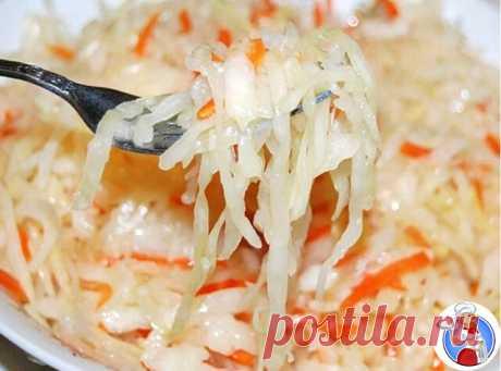 Самая вкусная капустка  Ингредиенты: 2 кг - капусты 0,4 кг - моркови 4 дольки - чеснока можно добавить яблоко, свёклу Маринад: 150 мл - раст.масло 150 мл - 9 % уксуса 100 г - сахара 2 ст.л. - соли 3 шт. - лавр.листа 5-6 горошин - черного перца 0,5 л - воды Приготовление: 1. Всё нашинковать, морковь натереть, чеснок порезать пластинками. Уложить плотно в банку. 2. В кастрюлю залить все компоненты для маринада и всё прокипятить 5 мин. Залить кипящим маринадом капустку. 3. Ут...