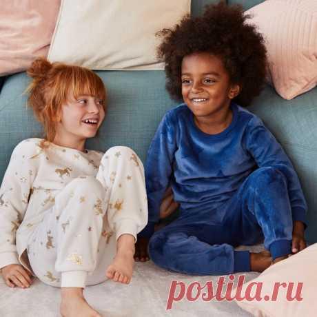 Безмятежные и уютные утренние часы станут еще прекраснее в мягких халатах и очаровательной осенней одежде для сна. Взгляните на милые новинки для ваших деток, которые уже ждут вас в наших магазинах и онлайн! ⭐ #HMKids