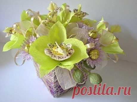 Орхидеи из конфет и гофрированной бумаги.