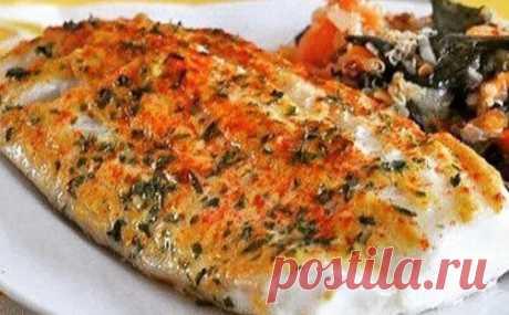 Филе рыбы, запеченное под горчицей Итого на 100 грамм 125 ккал  Б/Ж/У 13.9 / 7.1 / 1.6 --- Ингредиенты:  Филе белой рыбы - 500 г ( треска)  Горчица 2 ст. л (не острая)  Соль, перец - по вкусу  Зелень  Приготовление:  Разогреть духовку до 200 С  Обмыть рыбу холодной водой и обсушить бумажными полотенцами.  Посолить и поперчить с обеих сторон. Сверху намазать тонким слоем горчицы, перемешанной с зеленью.  Переложить на противень, предварительно застеленный фольгой. Запекать в разогретой духовке