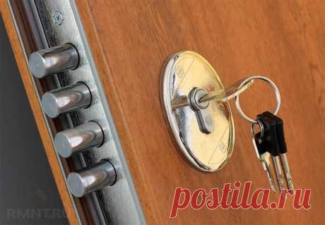 Замена личинки замка входной двери своими руками Английская личинка относится кнаиболее популярному ив то же время уязвимому типу цилиндровых замков. Каков бы ни был повод для её замены, справиться сзадачей можно за считанные минуты. Конечно, если знать правильную последовательность действий, которую мы для вас сегодня иопишем.