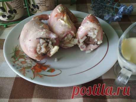 Кальмары с рисом и грибами в духовке рецепт с фото пошагово на Нямкин.ру Как приготовить Кальмары с рисом и грибами в духовке с использованием: кальмары,рис пропаренный,грибы замороженные,лук репчатый. Морепродукты на нашем столе появляются значительно реже, чем мясные или рыбные блюда. Раз уж хочется чем-то себя порадовать, давайте приготовим вкусные кальмары с рисом и грибами в духовке.